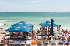 享受在海滩的人们热天气 图库摄影