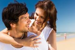 享受在海滩的夫妇自由 图库摄影