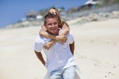 享受在海滩的夫妇自由 免版税图库摄影