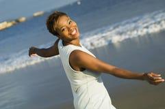 享受在海滩的妇女假期 免版税库存图片
