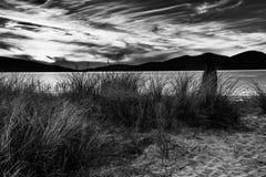 享受在海滩的少妇华美的日落 Luskentyre,哈里斯,苏格兰小岛  库存照片