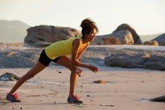 享受在海滩的少妇锻炼 免版税图库摄影