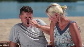 享受在海滩的微笑的夫妇野餐 股票视频