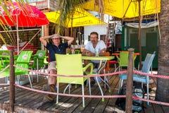 享受在海滩的游人一份饮料在彭巴,在莫桑比克在东非 免版税库存照片