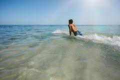 享受在海水的年轻人一朵海浪 库存图片