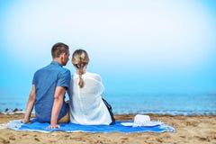 享受在海滩的年轻夫妇浪漫晚上 库存图片