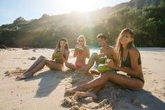 享受在海滩的年轻朋友暑假 免版税库存照片