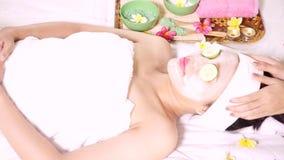 享受在温泉的妇女面部面具 股票视频
