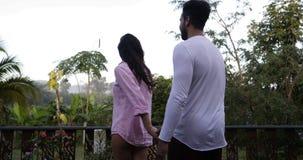 享受在热带森林,愉快的混合种族夫妇的日出的夏天大阳台的少妇主导的人在早晨 股票视频