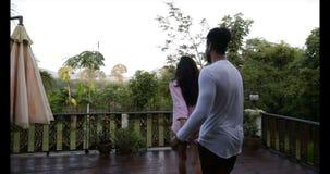享受在热带森林,愉快的混合种族夫妇的日出的夏天大阳台的少妇主导的人在早晨 股票录像