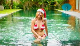 享受在热带水池的愉快的妇女圣诞节假日 库存照片