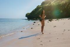 享受在热带海滩的美丽的妇女假日 免版税库存图片