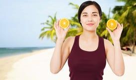 享受在热带背景、喜悦和乐趣概念,夏天乐趣,选择聚焦的逗人喜爱的亭亭玉立的亚裔妇女暑假 免版税图库摄影
