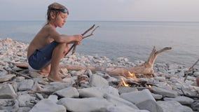 享受在狂放的海滩的幸福家庭夏天日落在篝火附近 影视素材