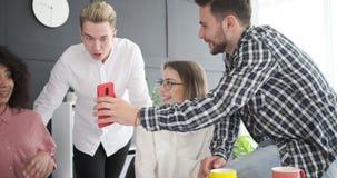 享受在电话的企业同事社会媒介内容 股票视频