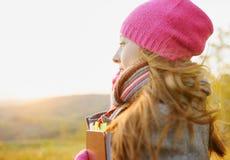 享受在秋季的少妇音乐。A 库存照片