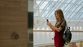 享受在立体声辅助部件的快乐的青少年的女孩画象音乐被连接到招待在咖啡休息的智能手机 影视素材