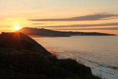 享受在美妙的日落的假日在壁架的大西洋海岸在垂直的看法 免版税库存照片