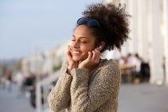 享受在耳机的少妇音乐 免版税库存照片