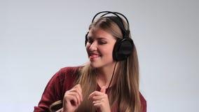 享受在耳机的愉快的快乐的女孩音乐 股票视频
