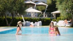 享受在豪华游泳场的母亲和两个孩子暑假 影视素材