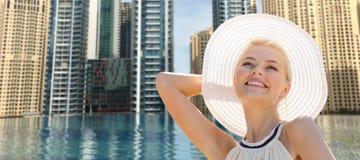 享受在迪拜市水池的愉快的妇女夏天 免版税库存照片