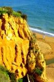 享受在阿尔布费拉海滩的夫妇步行 免版税库存照片