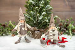 享受在雪的两个孩子假日 免版税图库摄影