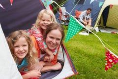 享受在露营地的家庭野营假日 免版税库存图片