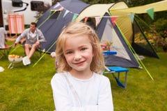 享受在露营地的家庭野营假日 图库摄影