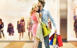 享受在购物中心的夫妇休闲 库存图片