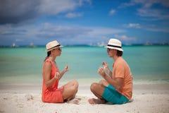 享受在a的年轻夫妇和瑜伽 免版税库存图片