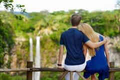 享受在Chamarel的年轻夫妇一个看法落 库存图片