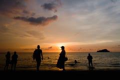 享受在Rodadero海滩,圣玛尔塔,哥伦比亚的人们美好的四种颜色日落 库存图片