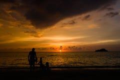 享受在Rodadero海滩,圣玛尔塔,哥伦比亚的人们美好的四种颜色日落 免版税库存照片