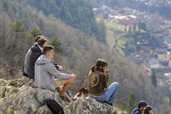 享受城市全景的青年人 免版税库存图片