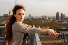 享受城市视图的少妇 免版税图库摄影