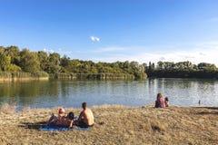 享受夏令时的家庭在自然储备pa的一个湖 库存照片