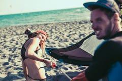 享受夏令时的相当微笑的白种人妇女kitesurfer 库存照片