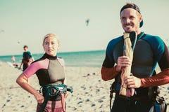 享受夏令时的相当微笑的白种人妇女kitesurfer 免版税图库摄影