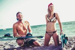 享受夏令时的相当微笑的白种人妇女kitesurfer 免版税库存图片