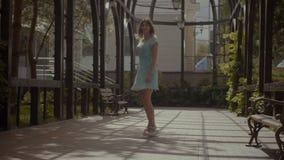 享受夏天散步的无忧无虑的妇女 影视素材
