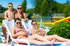 享受夏天的小组少年孩子在水公园 库存图片