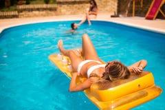 享受夏天的年轻愉快的人民 免版税库存照片