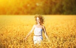 享受夏天的愉快的妇女户外在麦子 免版税库存图片