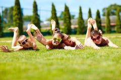 享受夏天的愉快的少年朋友 免版税库存图片