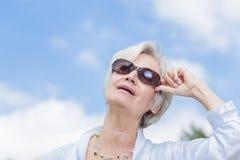享受夏天的最佳的老化妇女 免版税库存图片