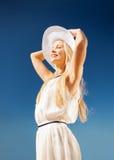 享受夏天的美丽的妇女户外 免版税库存图片