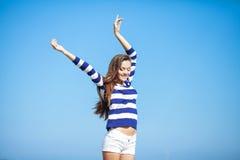 享受夏天的美丽的愉快的妇女户外 免版税库存照片