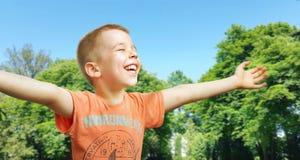 享受夏天的逗人喜爱的小男孩 免版税图库摄影